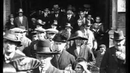 Embedded thumbnail for Kerk gangers komen uit de RK kerk en andere stukjes 1931